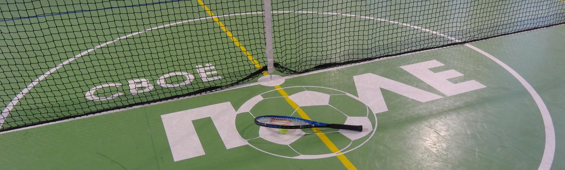 Зал оборудован для игры в большой теннис